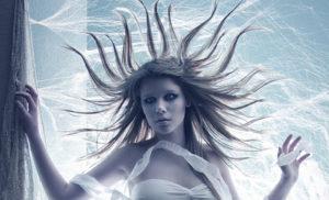 weiße Frau vor blauem Himmel